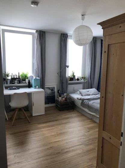 Das Zimmer Ist Ca 16m2 Gross Weiss Tapeziert Mit Zwei Grossen Fenstern In Den Innenhof Hinaus Alle Fenster Der Wg Sind 3fa Wg Zimmer Innenarchitektur Wohnung