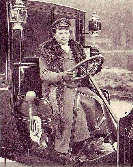 Мадам Декурсель, первая женщина-таксист в Париже, 1909 год ...