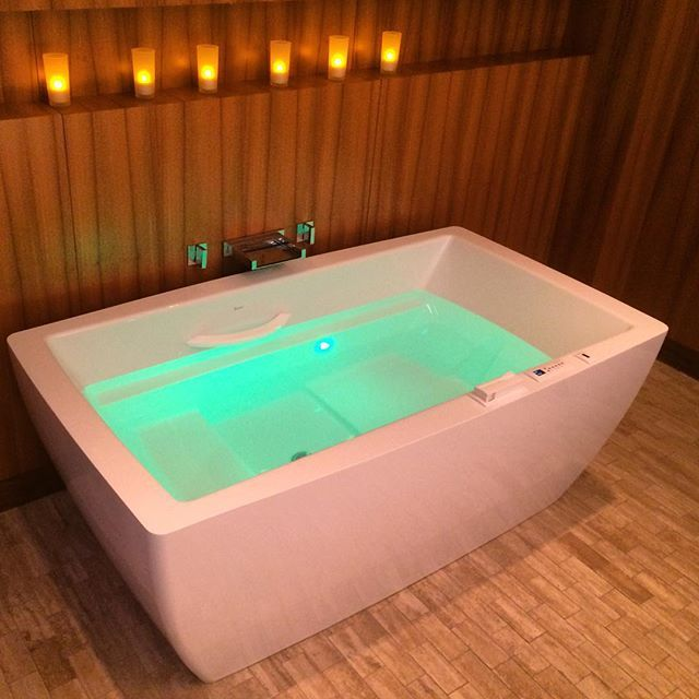 Therapeutic Essencia Tub From @BainUltra With Air, Aromatherapy, Light  Therapy, And Heated