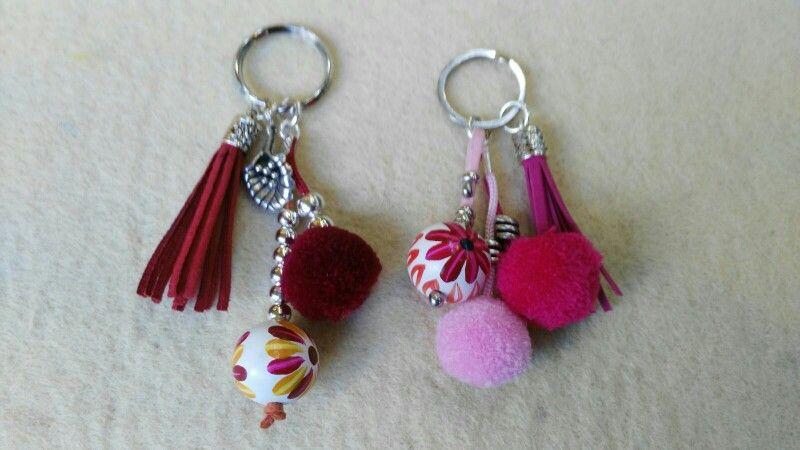 Llaveros multicolor con borlas y pompones