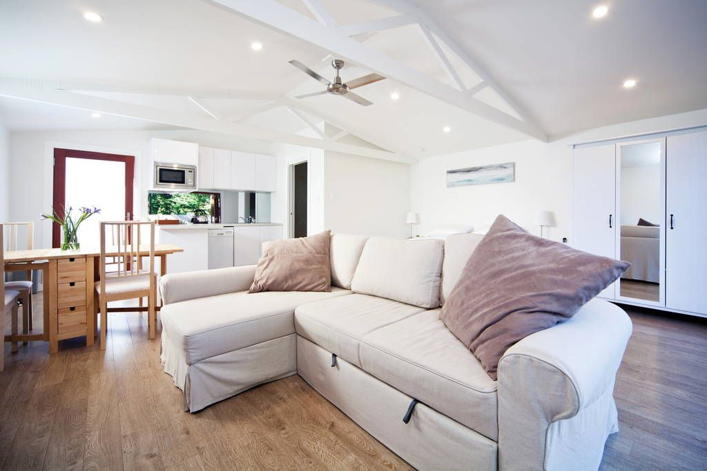 Villa in Freshwater, Australien. Brand new beautifully designed bijoux beach guest house a short stroll from both Freshwater and Curl Curl beaches.  The guest house (adjacent to the main residence) opens out onto a private sandstone terrace drenched in sunlight all day.  Only rec...