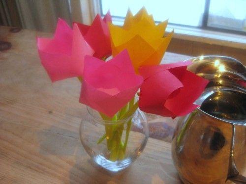recycler un plateau ikea fleur tulipe pliage origami et bricolage enfant. Black Bedroom Furniture Sets. Home Design Ideas