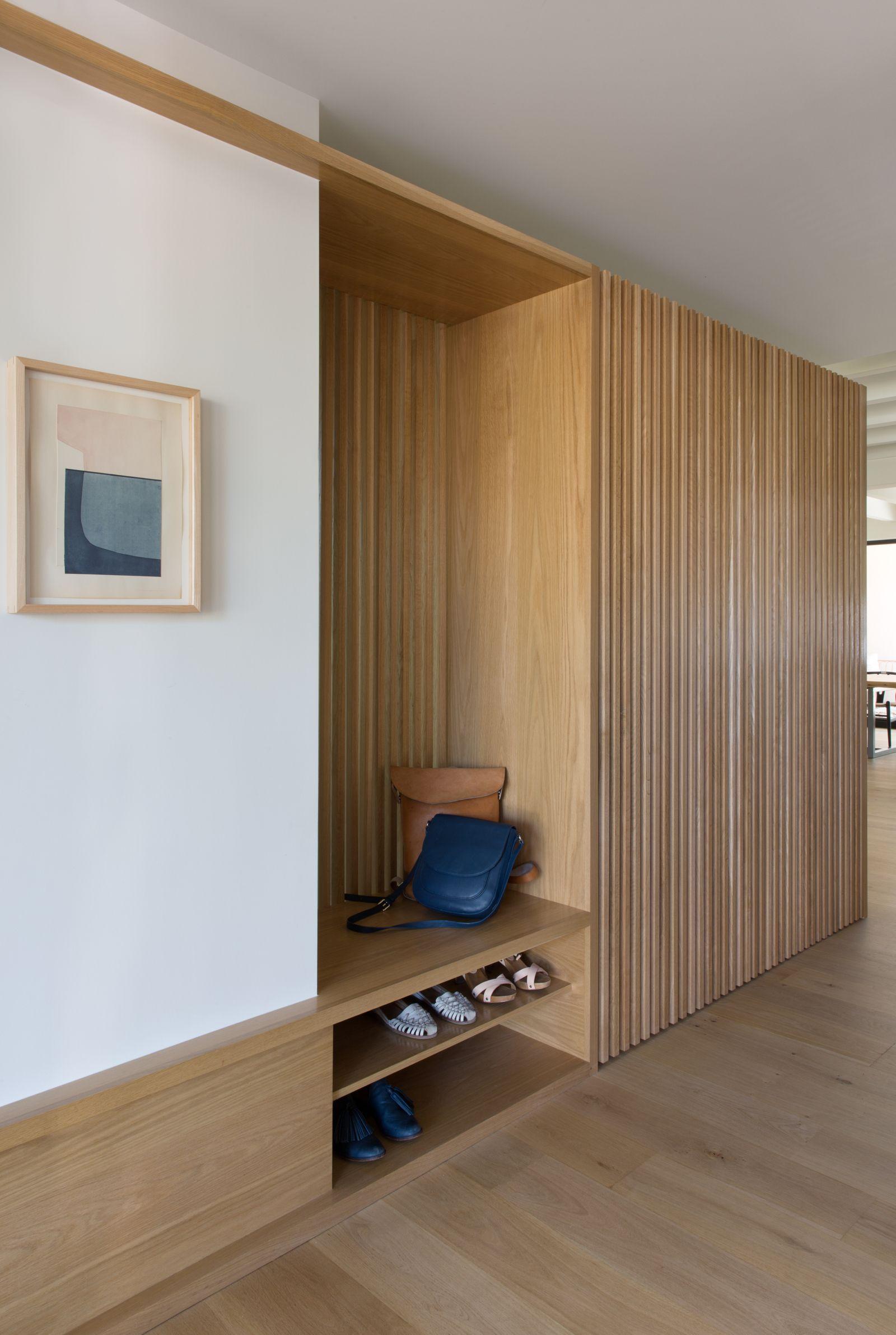 Focus Inspirant Sur Ce Meuble D Entree Comprenant Une Petite Etagere Pour Poser Ses Chaussures Tres Belle Realis In 2020 Home Entrance Decor Home Interior Design Home