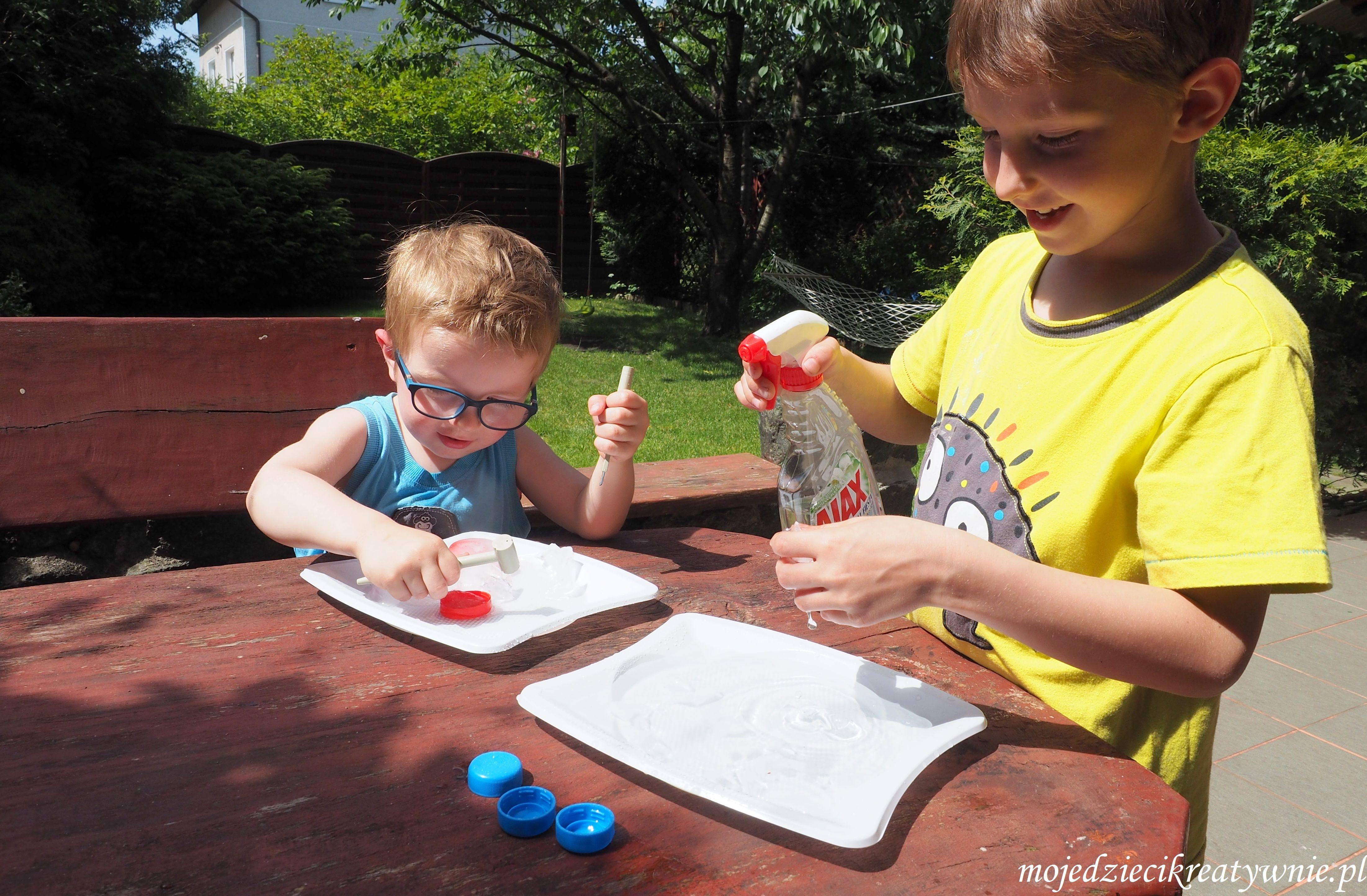 Zabawy z lodem, eksperymenty, kreatywne spędzanie czasu, rodzinna zabawa, propozycja na lato, zabawy na upał.