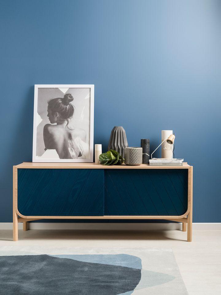 salon bleu peinture mur bleu clair et buffet en bois chêne bleu ...