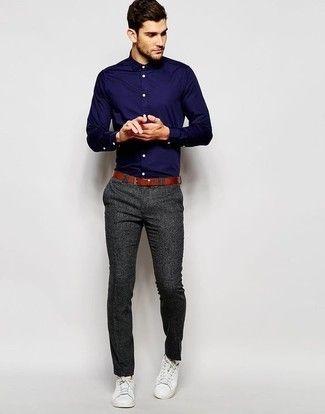 Look de moda: Camisa de Vestir Azul Marino, Pantalón de Vestir en Gris Oscuro, Tenis Blancos, Correa de Cuero en Tabaco