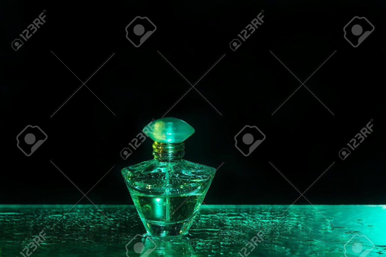 Flacon De Parfum Sur Fond Noir Et Vert Avec Watergrops Banque D ...