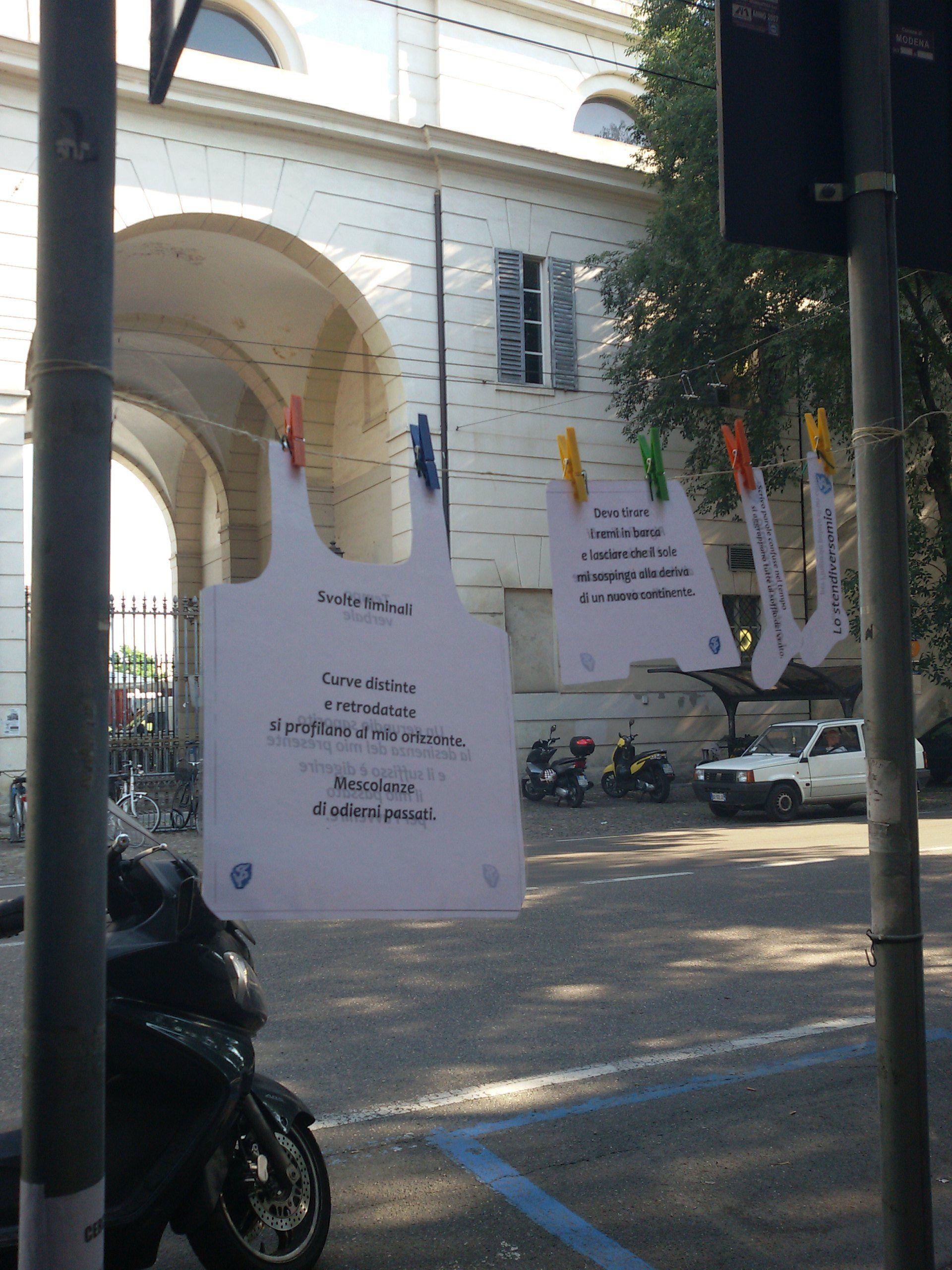 I panni modenesi del lunedì. Porta d'ingresso al parco NoviSad lato sud, Modena.  #nomenomen lato A