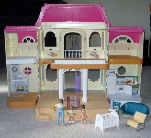 Fisher Price 1997 Grand Loving Family Fold Out Doll House This Was My Doll House I M Sill Not Over The Fact That It Was Dona My Doll House Old Toys Doll