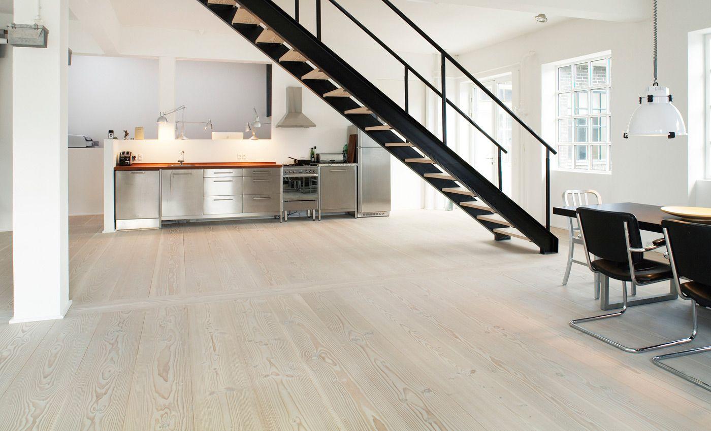 die offene k che mit douglasie dielenboden im loft finde ich atemberaubende der holzboden in. Black Bedroom Furniture Sets. Home Design Ideas