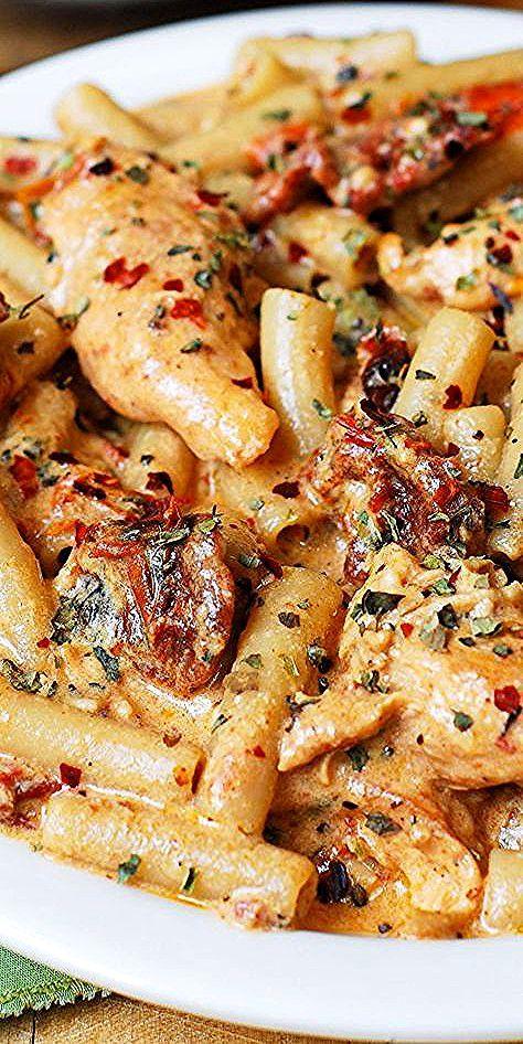 Hähnchen-Mozzarella-Nudeln mit sonnengetrockneten Tomaten. #chickenpasta #pastarecipes – FİTNESS WOR...