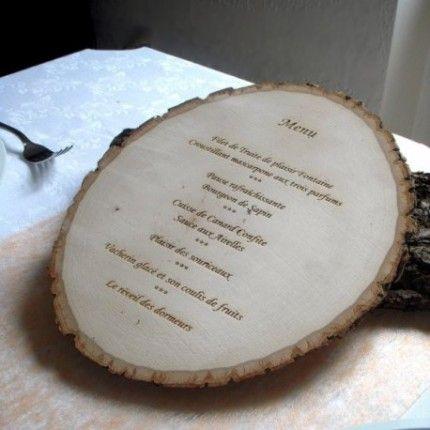 Le menu gravé sur rondin de bois Place du Mariage