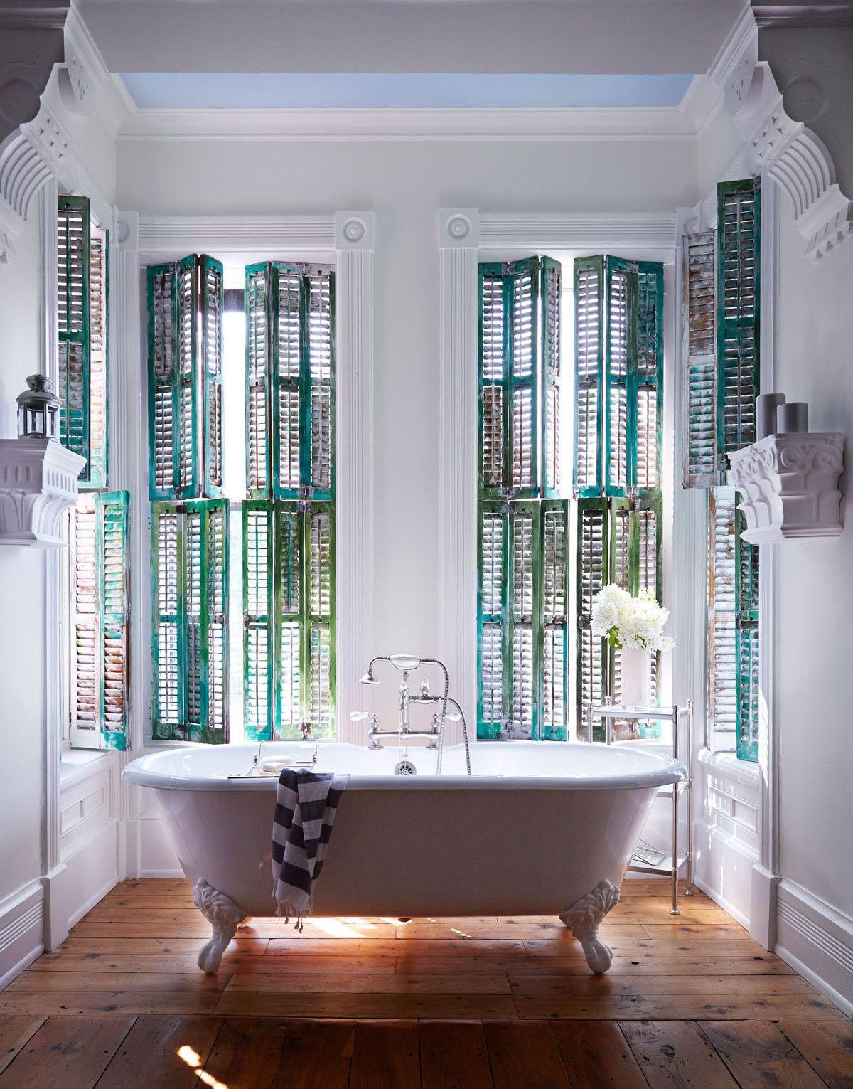 Badkamer met gekleurde shutters! #weloveshutters www.shutters.nl ...