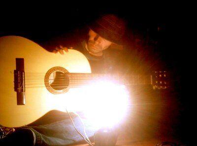 Na companhia de um bom livro e um violão Vou vivendo com a minha SOLIDÃO.