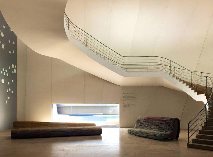 MUSEO. Hall de acceso con bancos realizados por artesanos poblanos.