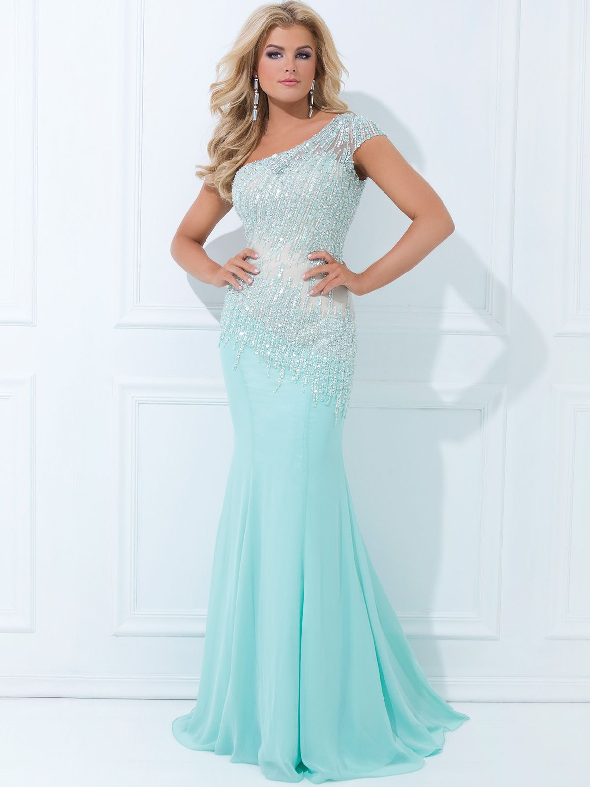 A stunner, this spectacular chiffon Tony Bowls Evening prom dress is a dazzling number. This asymmetrical Tony Bowls Evenings prom dress TBE11439 features one shoulder with a short sleeve, gorgeous beaded bodice adorned with sequins and a sheer illusion overlay, and dropped waistline. This Tony Bowls Evenings prom dress is available in coral, which is one of the most popular colors for this season. Completing this Tony Bowls Evenings prom dress is a mermaid skirt. Make the ultimate ...