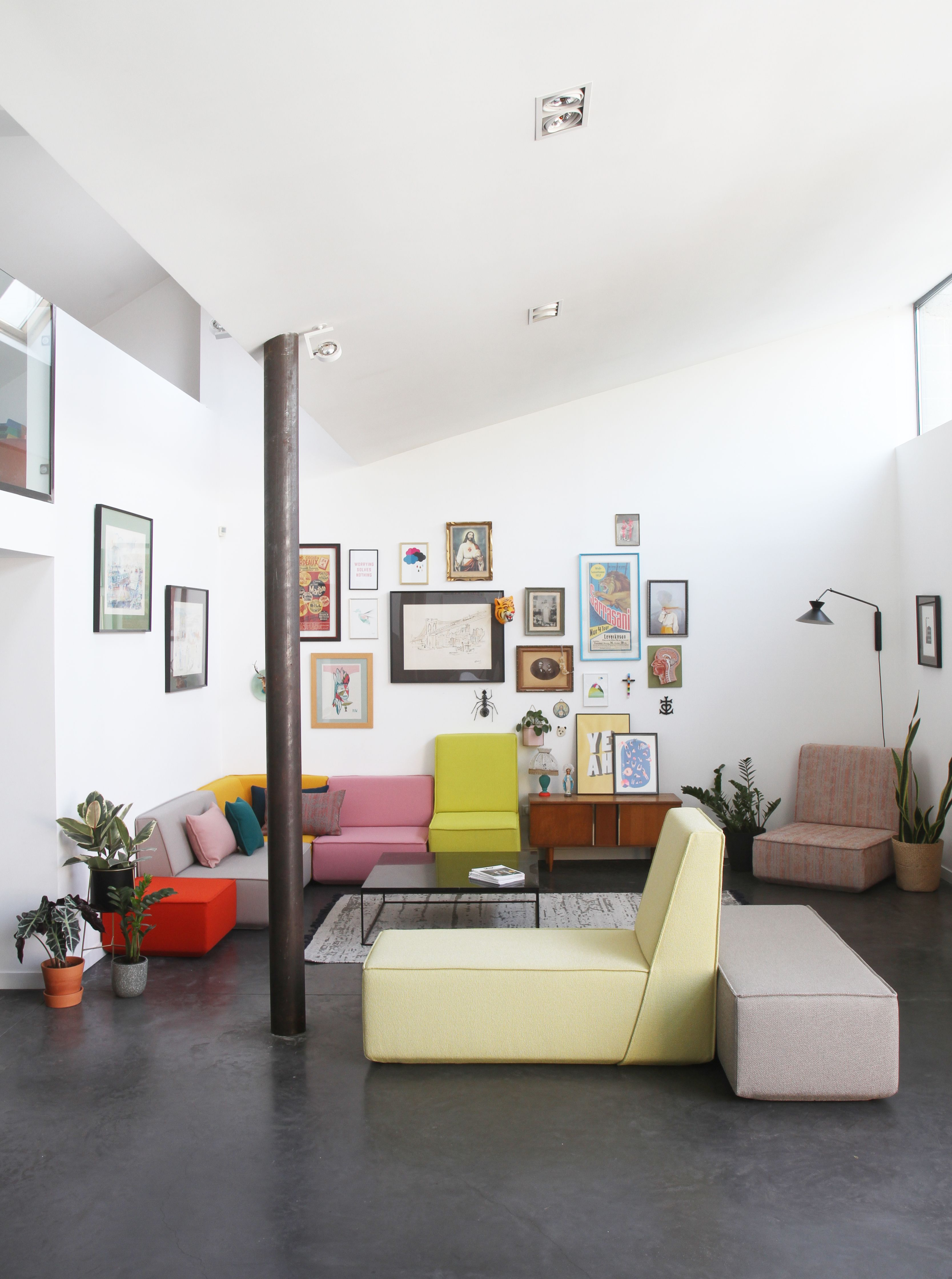 Canapé modulable moderne dans un loft créé avec le système ...