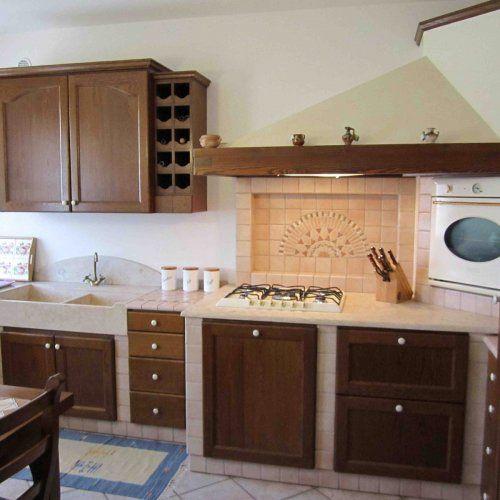 Cucina come nuova in legno massiccio rovere con piano in marmo perlino e piastrelle con greca in - Piastrelle per piano cucina ...