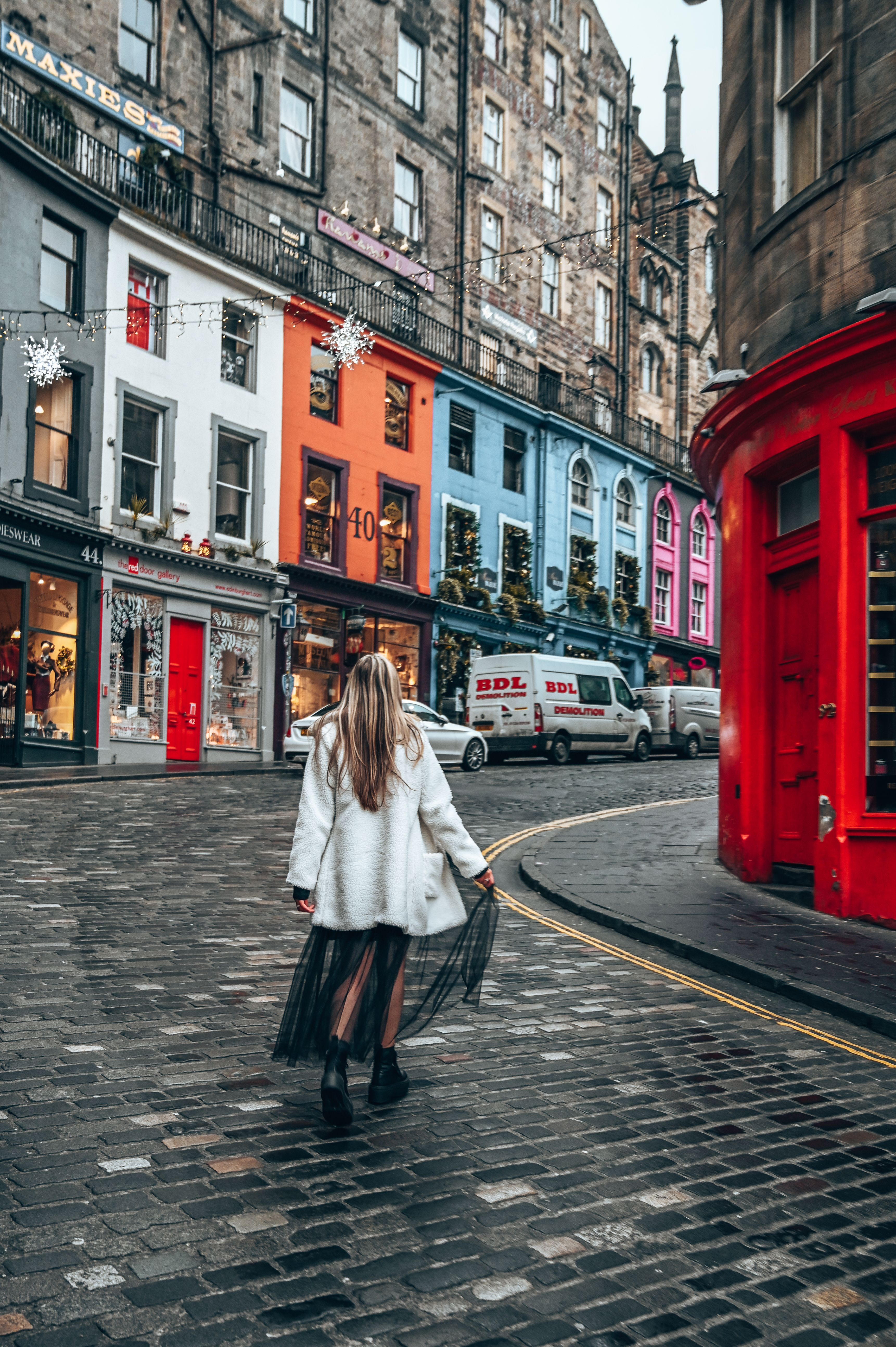 Check out the best day trips in Scotland from Glasgow including to the capital, Edinburgh.   #edinburghaesthetic #edinburghvictoriastreet #edinburghscotland #edinburgholdtown #edinburghscotlandtravel #victoriastreet