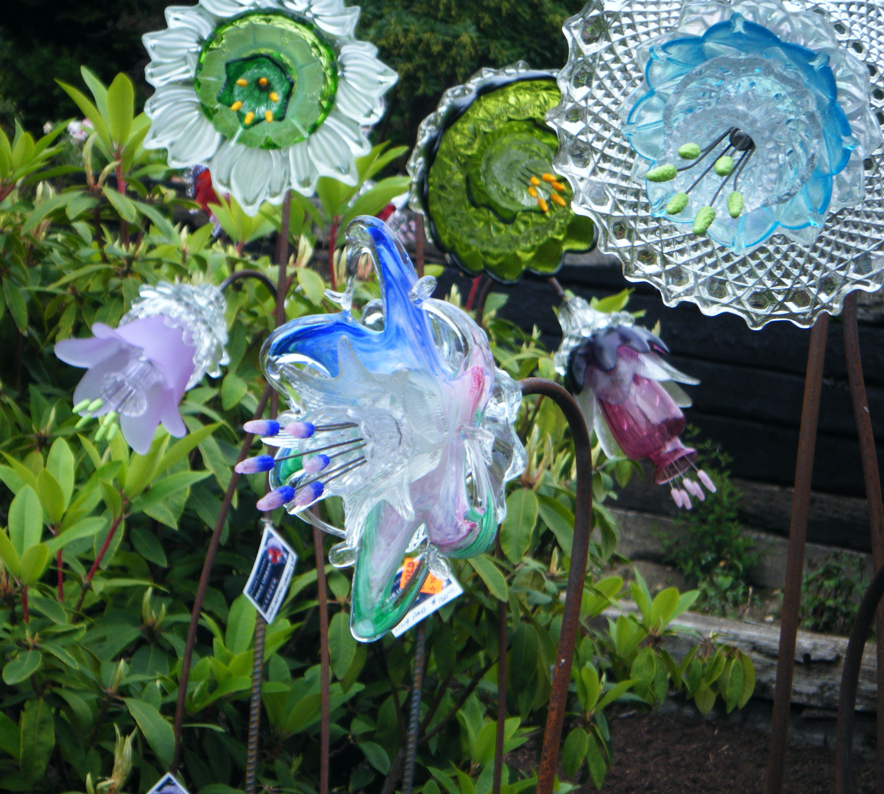 Glass flowers by washington artist mike urban garden art for Recycled glass garden ornaments