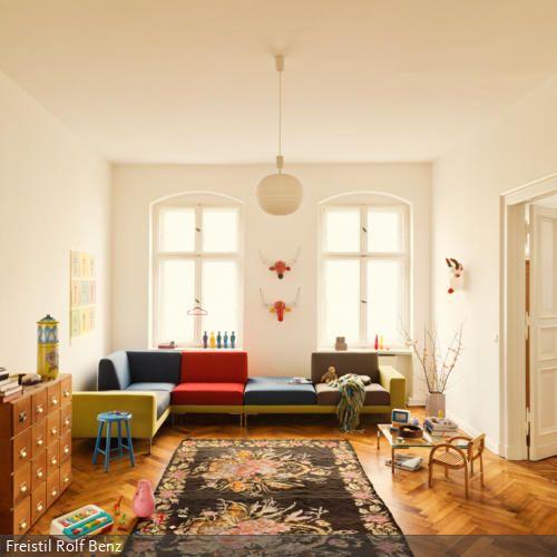 Fur Farbe Sorgt In Diesem Wohnzimmer Das Sofa Die Dreifarbige