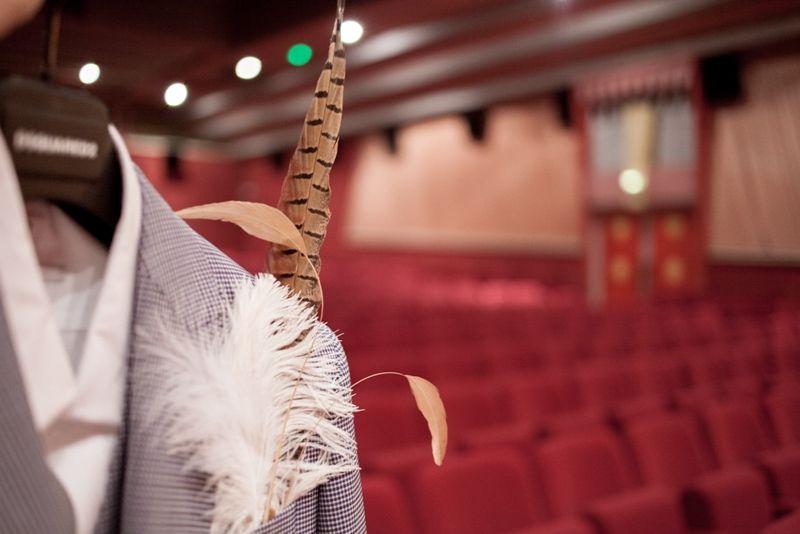 Mariage au théâtre, rideaux rouges et pochette en plume ... jouez l'originalité !