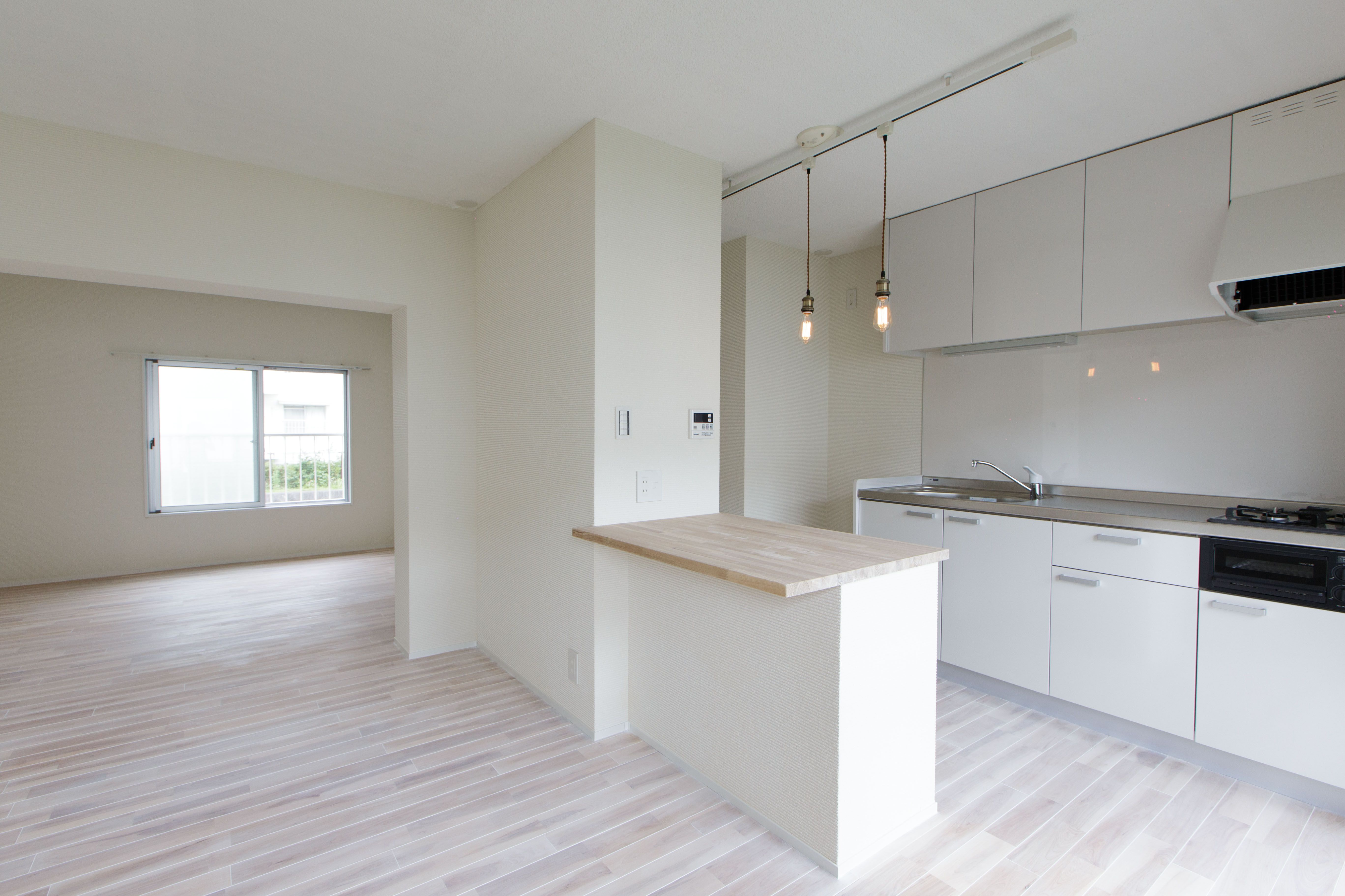 ダイニングキッチンは真っ白な お部屋で清潔感のあるリノベーションに