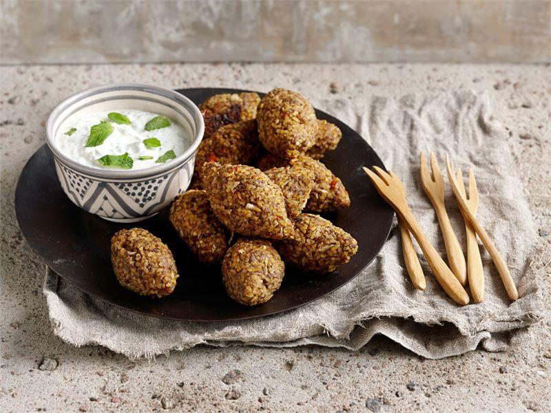 Kibbeh on lähi-idän ruokakulttuureissa tarjottava mausteinen lihapyörykkä. Perinteisesti kibbeh on valmistettu vuohen jauhelihasta ja bulgurista. Tässä versiossa käytetään kuitenkin helpommin saatavaa karitsan jauhelihaa.