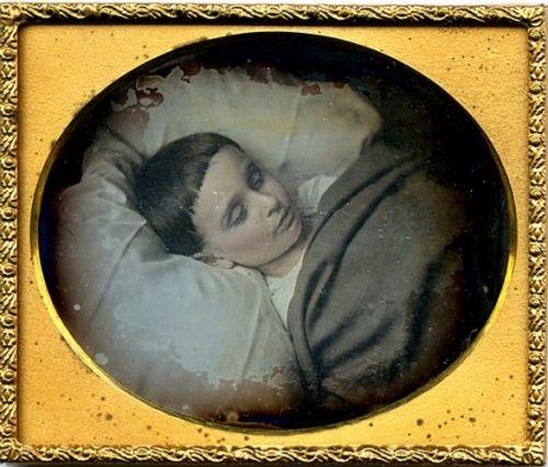 DEREK JR. SMITH.Muore nel 1921 durante un tentativo di violenza da parte di un senza fissa dimora. Aveva solo 8 anni. Foto ricordo post mortem, 1921, Boston.