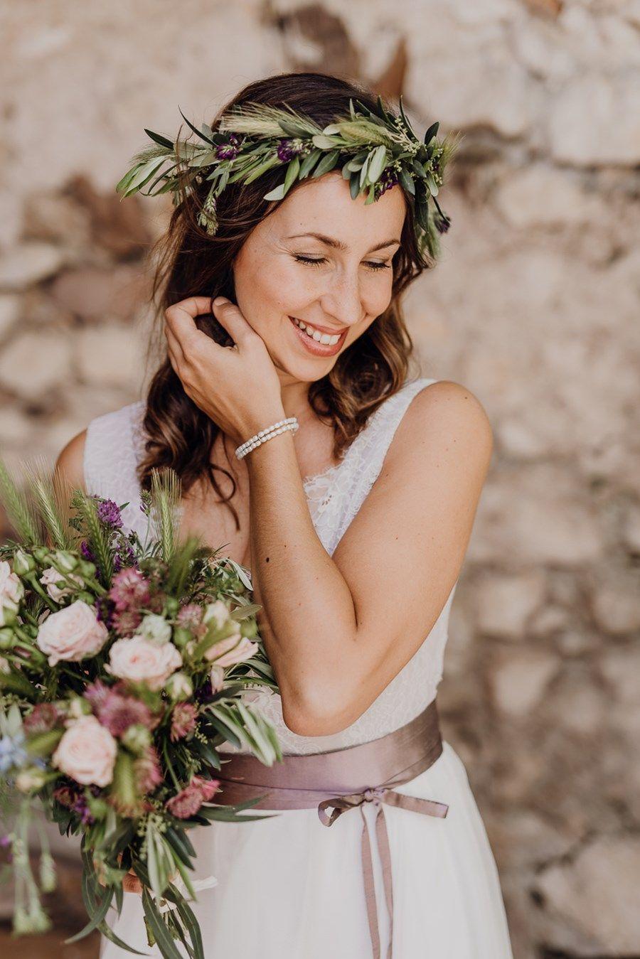 Brautfrisur Mit Offenen Haaren Und Olivenkranz Blumenmadchen Kleid Hochzeit Braut