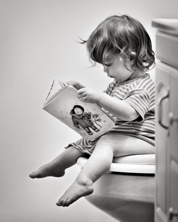 Child and family photography / Toddler on the toilet / Black and white