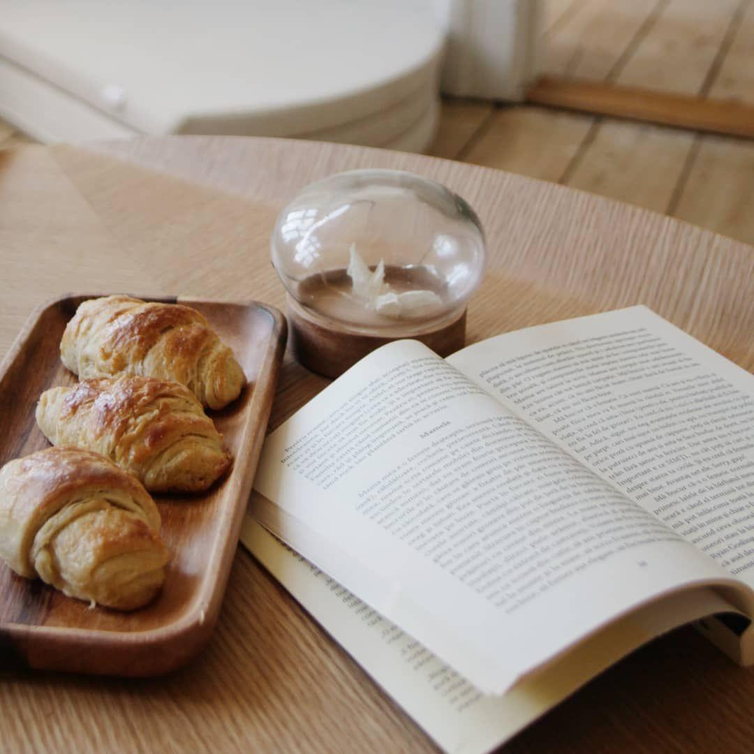 Godmorgen! Det her bord med lækker hjemmebag hjemme hos Diana @diana.mwabala, er simpelthen så fristende  🥐  Må I alle få en rigtig dejlig torsdag! . . . . #møblermedomtanke #sustainabledesign #boliginspiration #indretning #livingroom #sustainablefurniture #sammenhverforsig #nordiskdesign #sustainable #indretningsinspiration #togetheralone #boligdesign #boligindretning #bolig #minstue #interiørdesign #skandinaviskehjem #sofabord #triasbord #bæredygtigt #sofaborde #bæredygtigtdesign