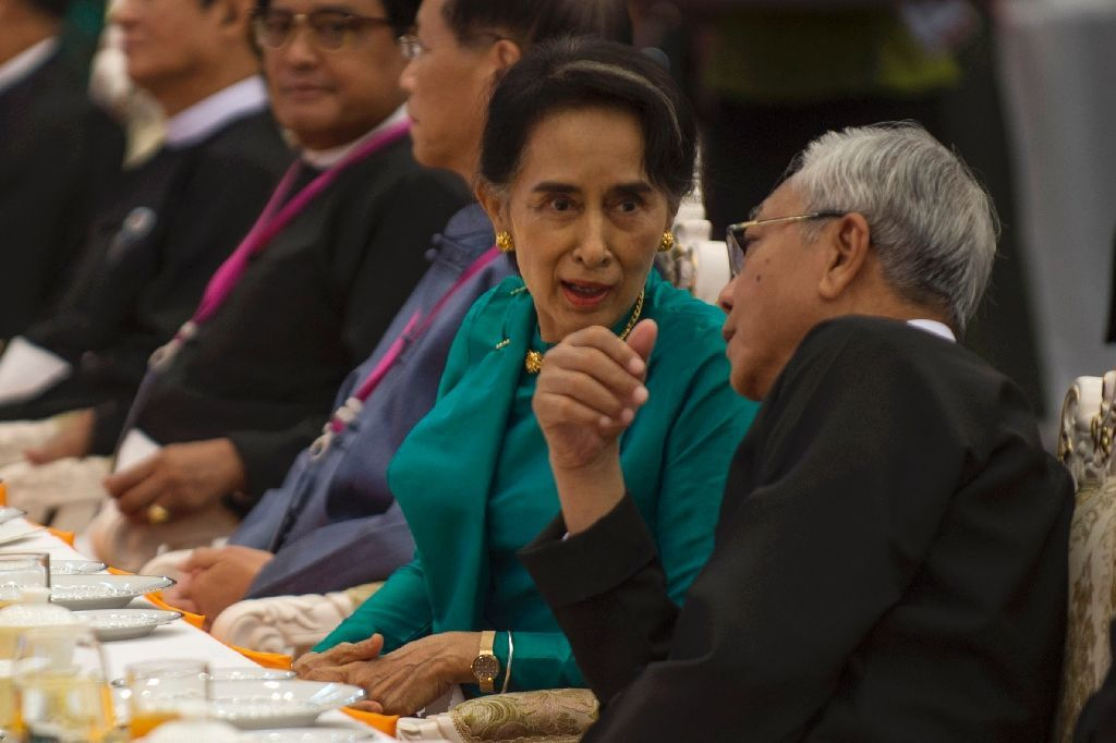 Myanmar State Counsellor Aung San Suu Kyi (C) speaks with President Htin Kyaw (R) at a dinner reception during a five-day peace conference in Naypyidaw, on August 31, 2016 (AFP Photo/Romeo Gacad)
