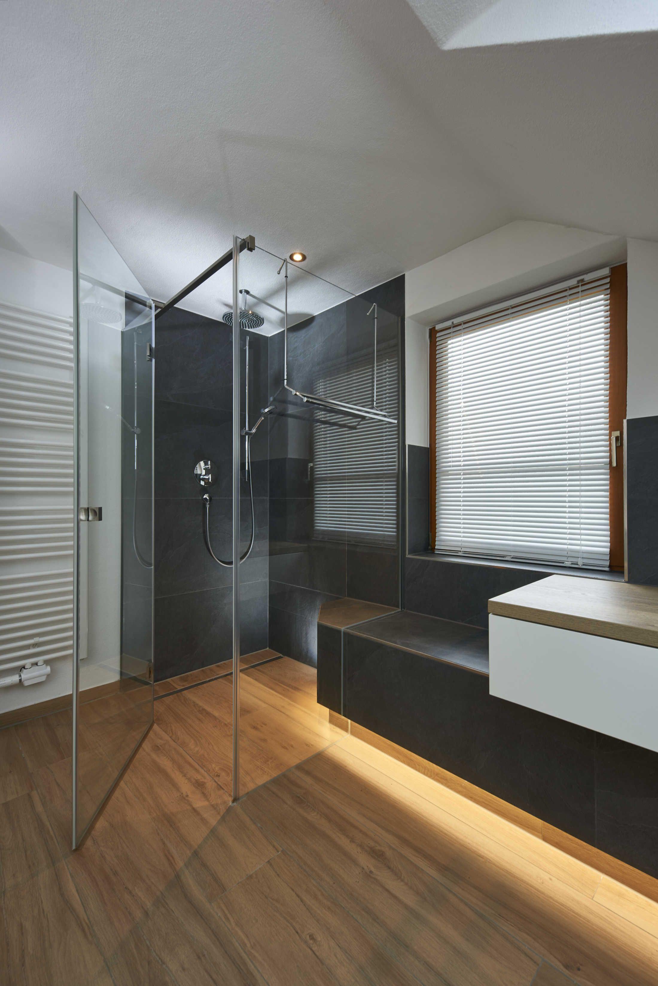 Diese Badezimmerplanung Stammt Komplett Aus Dem Hause Buhler Ein Eyecatcher In Diesem Bad Ist Die Geflieste Sitzbank M Haus Interieu Design Sitzbank Bad Baden