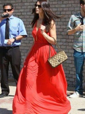 Црвен фустан во лето