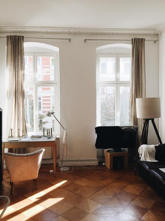 arbeitsplatz am fenster in wunderschöner altbauwohnung in berlin