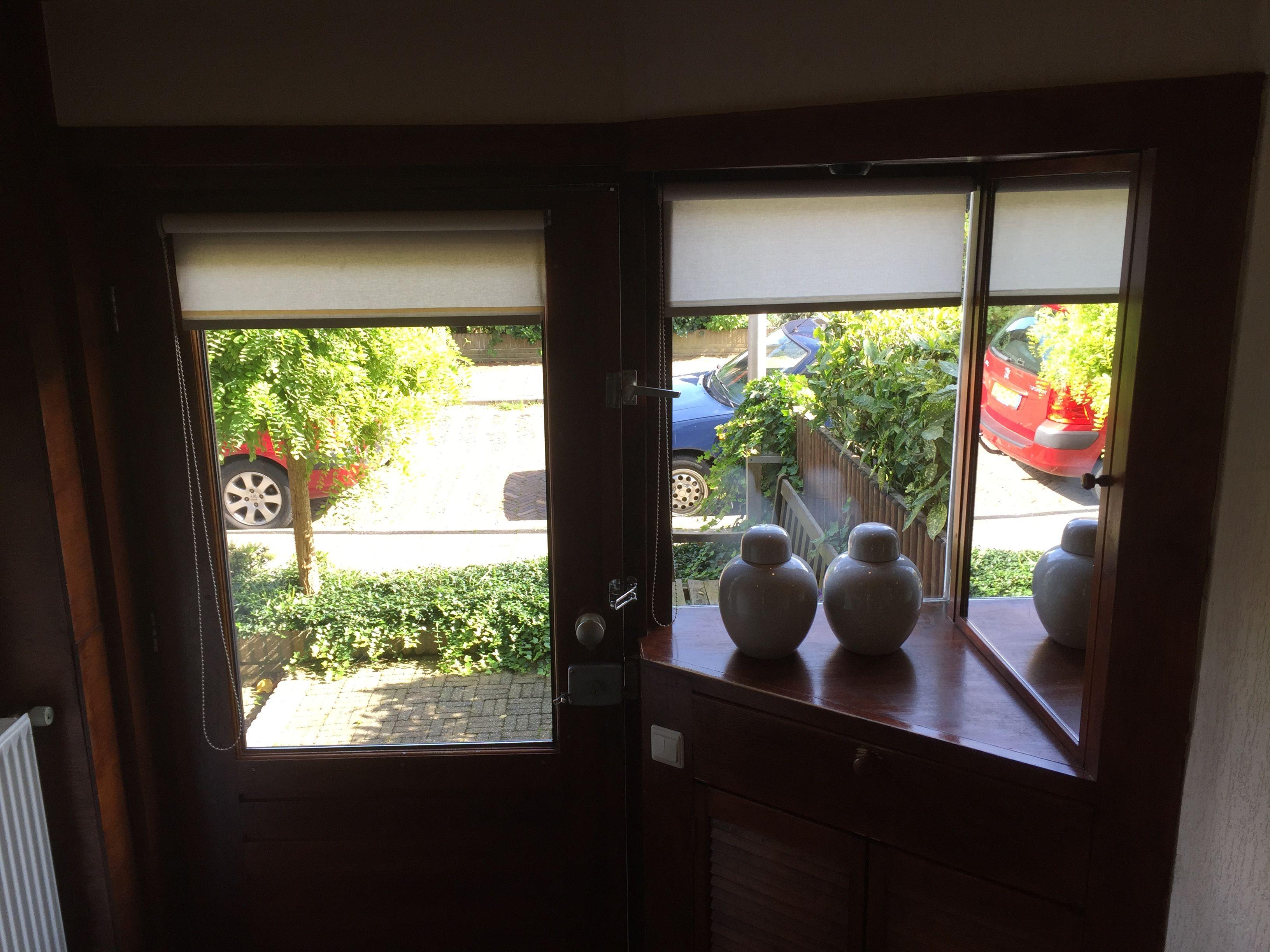 Hal met zicht op voordeur /  #tekoop #woonhuis jaren dertig, met veel verrassingen als: ruime zolder mogelijkheid van twee(!) slaapkamers, eerste verdieping drie slaampkamers, badkamer en separaat toilet, beneden hal, woonkamer met erker, keuken, toilet, douche, ruime tuin, twee schuren, (1 steen) veranda en tuinhuis, naast huis eigen 'gang', volledig dubbl glas, vloerverwarming etc ect €169.500,00  http://www.funda.nl/koop/hengelo/huis-49514293-aleidastraat-25/ #Hengelo #Overijssel #Twente…