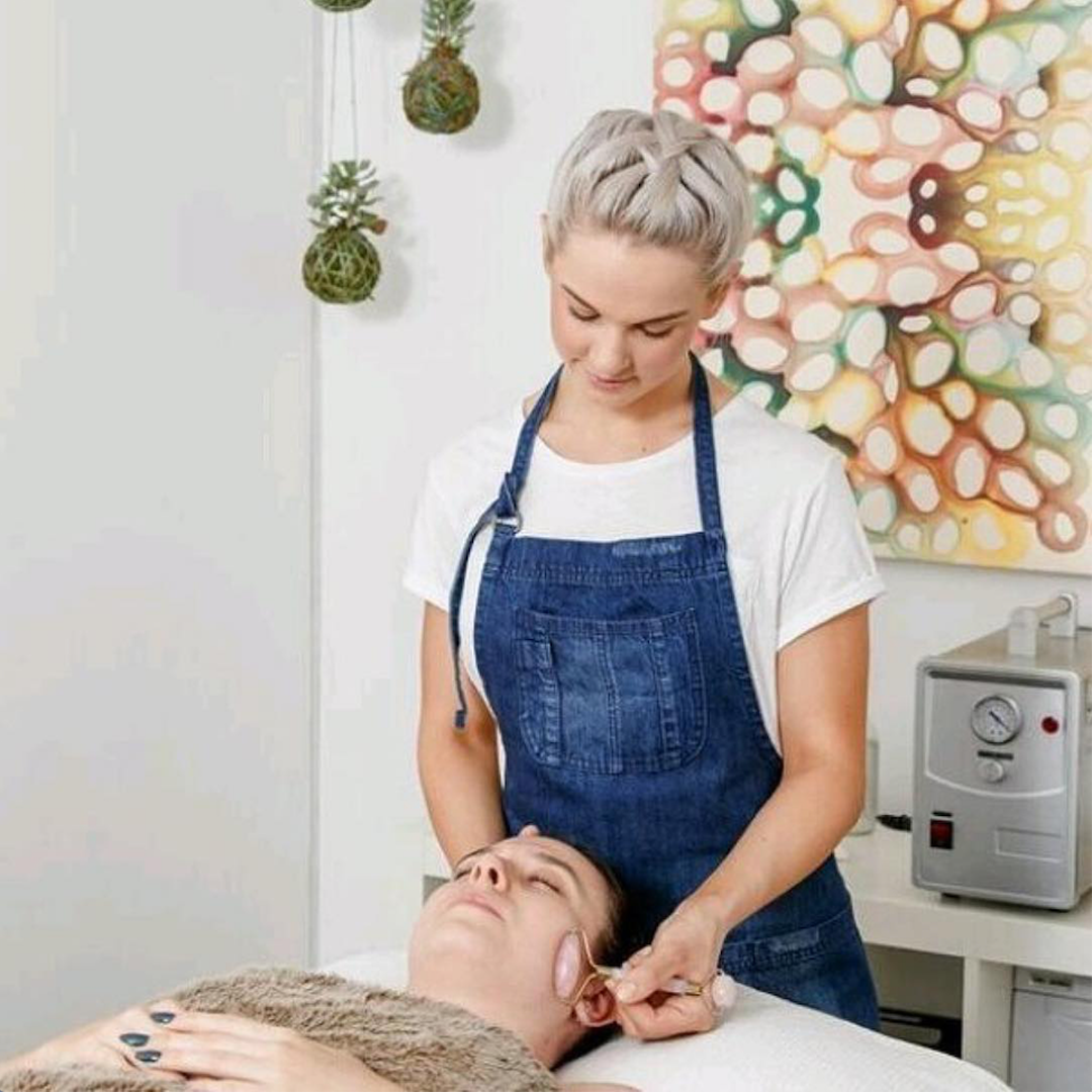 If you are in Brisbane and feel like you're in need of a little TLC this Summer, pop in to see #OurCrew Natalie & Lily at @kindred.toxinfreefacials. These lovely ladies look fabulous in their Boston Denim Aprons, and in their salon use only the very best organic and toxin free products, providing treatments that promote 'kind beauty'💙  ✗ #DenimAprons #KindredToxinFreeFacials #BrisbaneBeautySalon #CuratedUniforms #SalonInspiration #UniformStyle #SalonAprons  #BeautyUniform