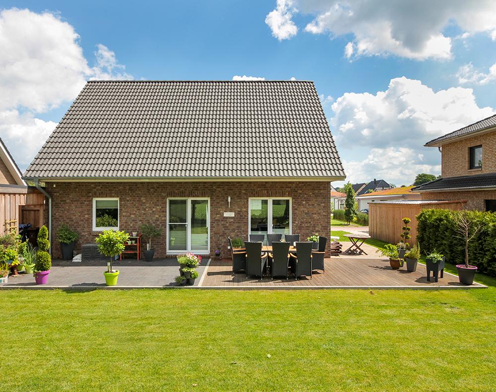 Klassisches einfamilienhaus mit gro er terrasse und for Modernes haus raumaufteilung