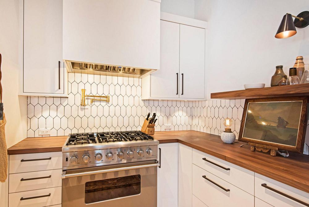 Lovely Combination Brass White Picket In Off White Kitchen Backsplash Design By Jennife Kitchen Backsplash Designs White Kitchen Rustic Off White Kitchens