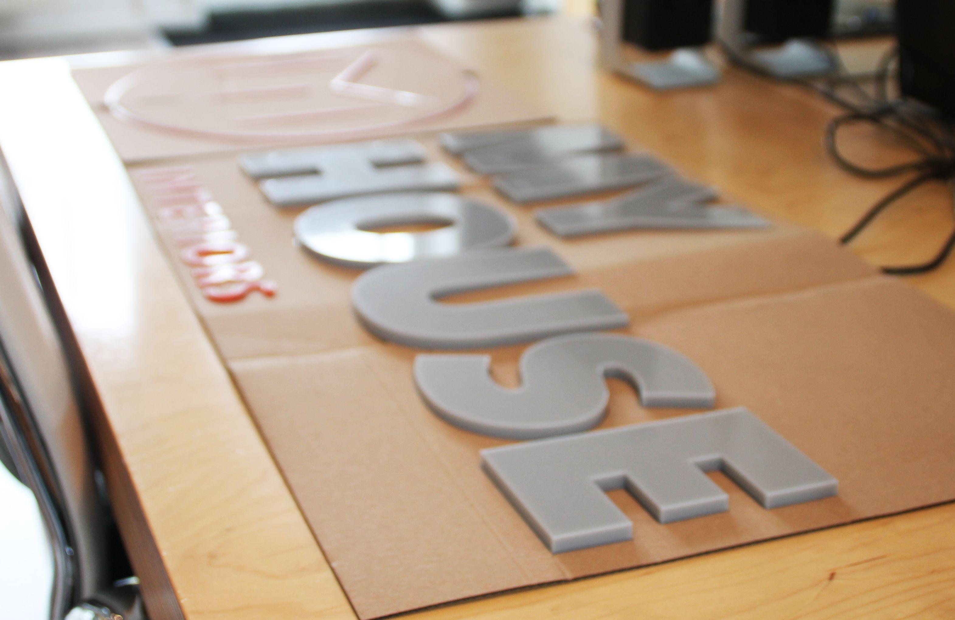 Deze 3D plakletters voor My House Amsterdam zijn uitgevoerd in 8mm grijs en 3mm dik rood Acrylic (acrylaat) en gemonteerd op het raam met dubbelzijdig tape. Deze belettering is maatwerk. My House Amsterdam maakte gebruik van de offerte op maat tool van de website van Reclameletters Online. Via de offerte op maat tool verstuurde My House Amsterdam het eps bestand van het beeldmateriaal naar Reclameletters Online. Door middel van een montagemal konden zij eenvoudig de reclameletters zelf…