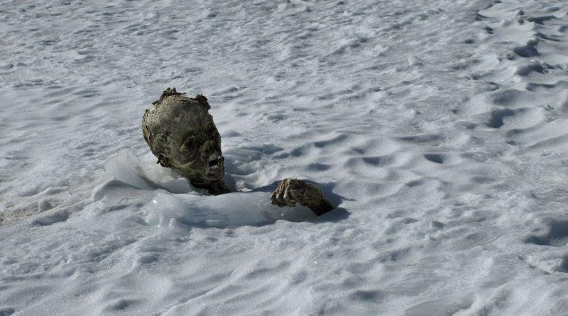 Συγκλονιστικές φωτογραφίες – Πιθανό να πρόκειται για μέλη αναρριχητικής ομάδας της οποίας χάθηκαν τα ίχνη έπειτα από χιονοστιβάδα Οι σοροί δύο ορειβατών