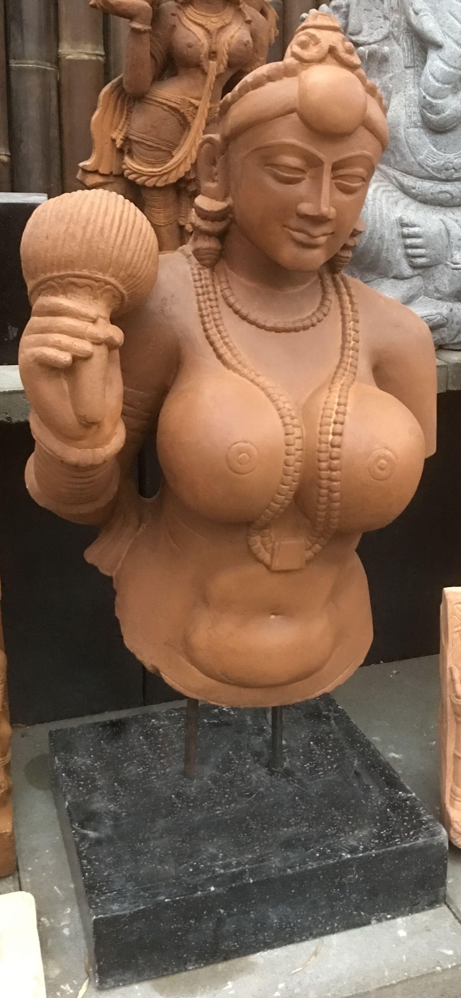 Diese  tolle  Maurya - Skulptur ist die Yakshi Figur aus Didarganj, Patna. Dies ist eine große, gut gebildete, gut proportionierte, freistehende Skulptur aus Sandstein mit einer polierten Oberfläche, die die Raffinesse des Steinkunstbildhauers in der damaligen buddhistischen  Blütezeit in Nordindien verdeutlicht.