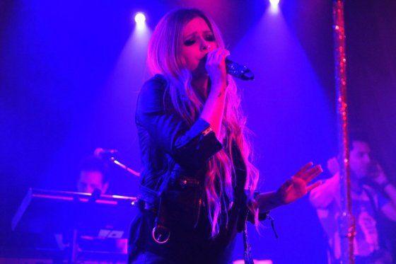 Avril Lavigne cobra 400 dólares a fans que quieran foto con ella