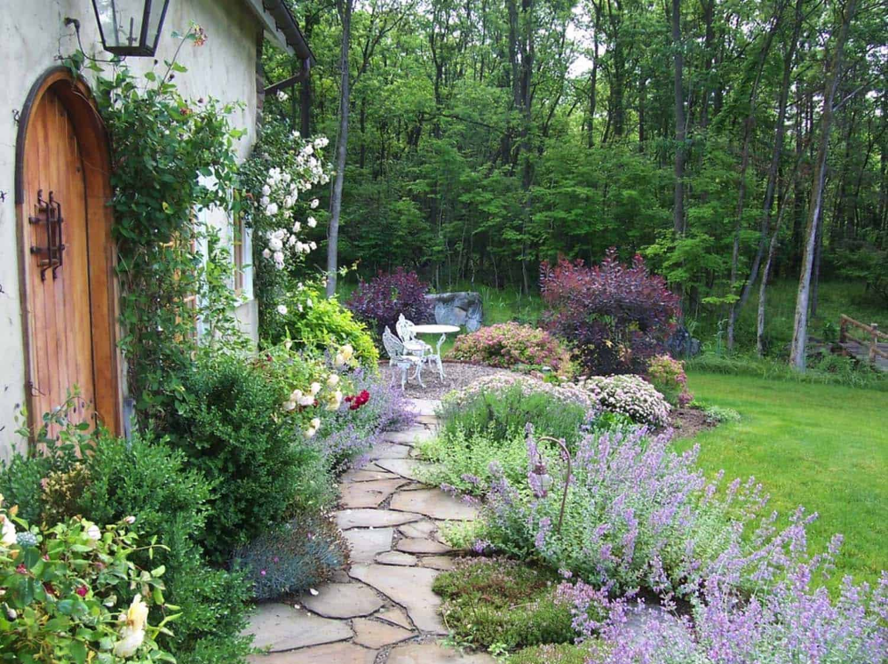 Perfect Stepping Stone Path Through Front Yard Garden Garden Stone Pathway Ideas 13 1 Kindesign #steppingstonespathway