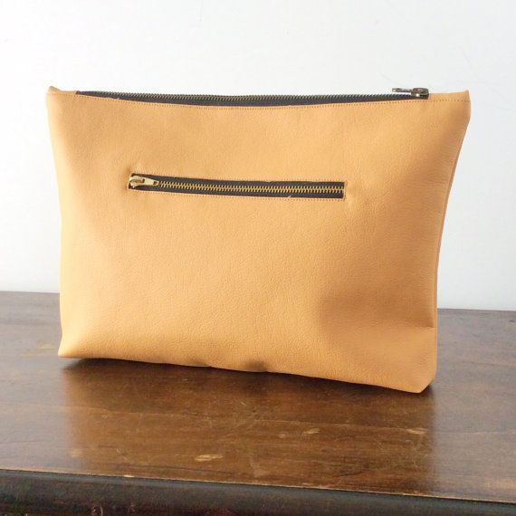 When youre feeling you party outfit, accessorize with this fun multicolor clutch instead! This large vegan leather clutch bag has the right size. It is nicely handmade with ever lasting cruelty-free faux leather, soft and easy to clean. Features a top metal zip closure and one back quick-access zip pocket for your essentials. Fully lined with one internal pocket. It is ready to ship worldwide. Label: Pitti Vintage Handmade in Italy Size: - Heigth: 10 in (24.5cm) - Width: 13.5 in (34.5cm )…