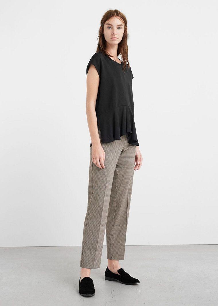 Maglietta nera in abbinamento ad un pantalone grigio ca2a2971a08