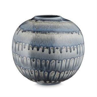 Den runda vasen Barcelona från H. Skalm P. har en trendig, lite retroinspirerad design i glaserad keramik. Varje vas har sitt unika utseende och färgen kan skifta lite från produkt till produkt vilket bara bidrar till dess charm. Vasen är fin som den är men också tillsammans med en enkel blomma eller kvist!