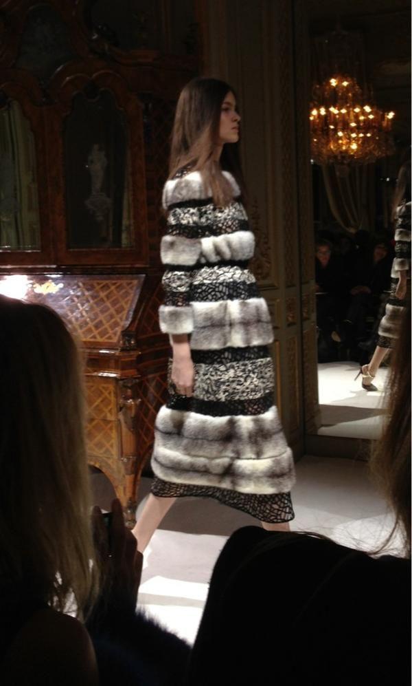 Robe du soir en fourrure et broderies au défilé Giambattista Valli haute couture