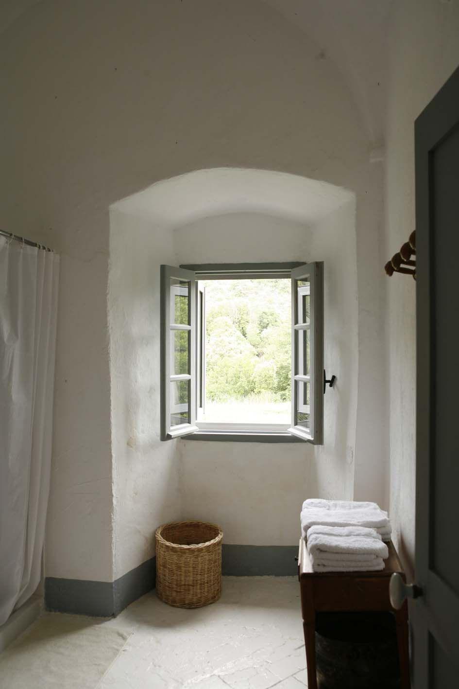 Arco Per Porta é bello per i volumi e le linee. la finestra iscritta nell